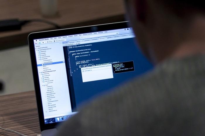 Průměrná hrubá měsíční mzda odborníků v oblasti informačních a komunikačních technologií překonala hranici 58 tisíc korun