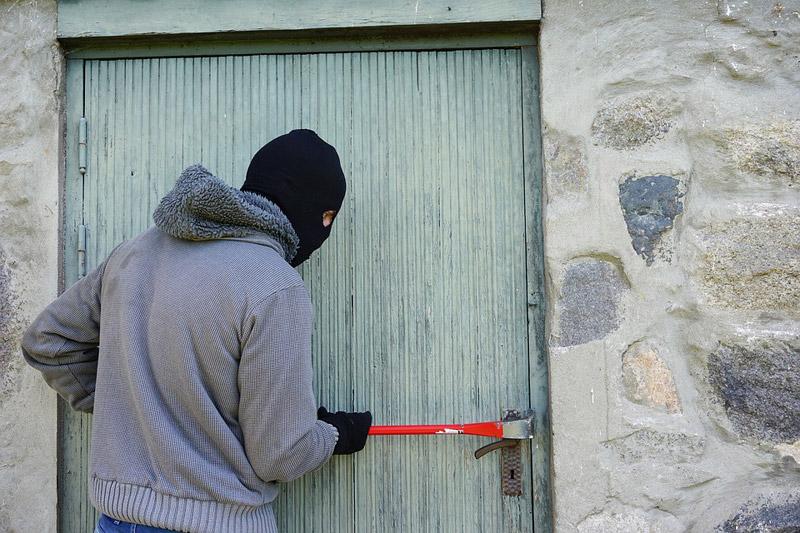 Muž z Mostecka vykradl 10 sklepních kójí, kočárkárnu i byt, skončil ve vazbě