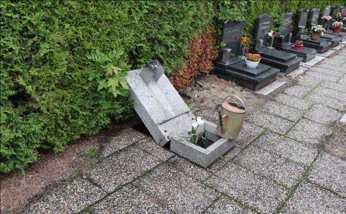 Neznámý vandal poškodil bezmála tři desítky hrobů v areálu libereckého krematoria