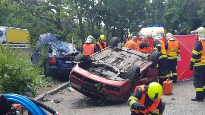 Řidič vylétl z dálnice D4 u odpočívadla Cukrák a dopadl na další zaparkované auto