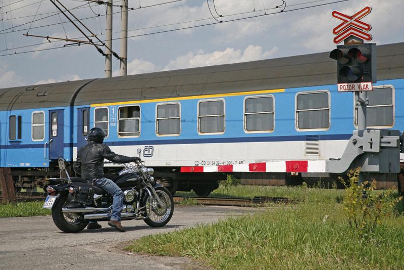 Na železničním přejezdu v Odrách zemřel motocyklista po střetu s osobním vlakem