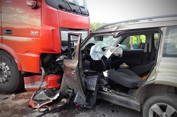 Na Kolínsku se střetl osobní vůz s kamionem, řidič automobilu na místě zemřel