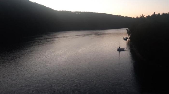Na Slapech se převrátila plachetnice, záchranáři zachránili čtyři dospělé a čtyři děti