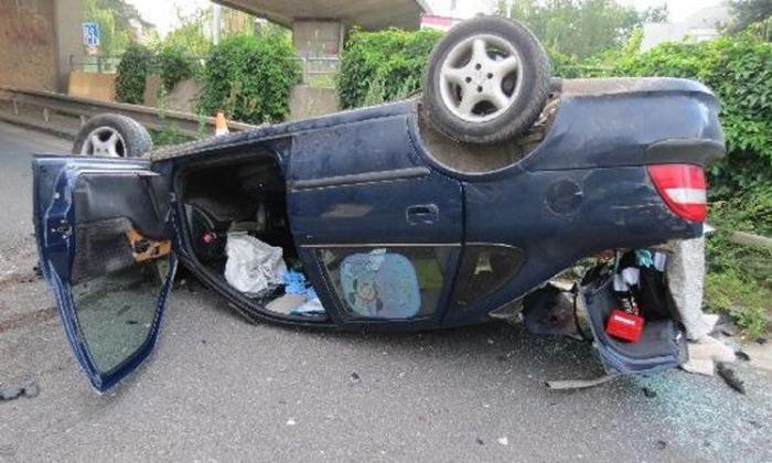 Na Hradecku spadl automobil z mostu, řidič nadýchal přes dvě promile
