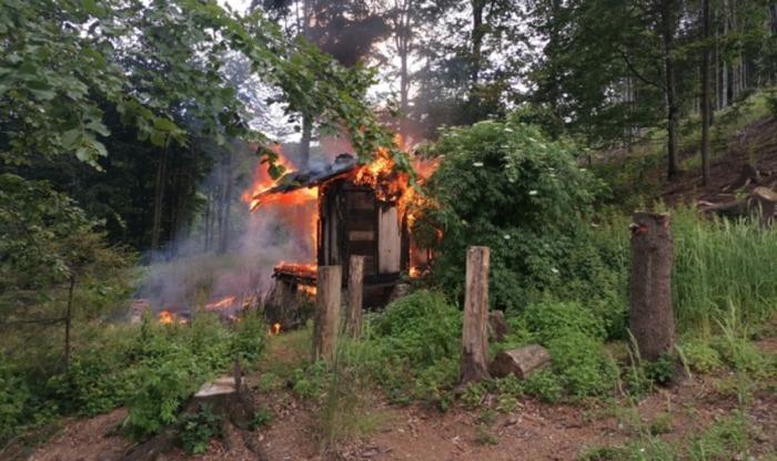 Při požáru lesní chatky na Novojičínsku našli hasiči tělo neznámé osoby