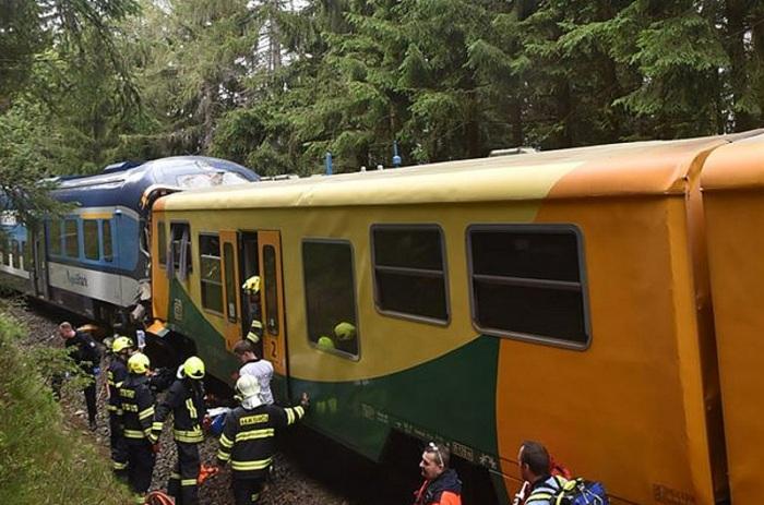 Čelní srážka dvou osobních vlaků na Karlovarsku si vyžádala nejméně dva mrtvé a desítky zraněných