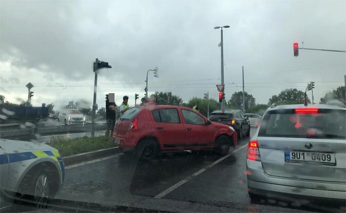 Havárií skončilo pronásledování řidiče automobilu, který sedl za volant se zákazem řízení a navíc pod vlivem drog