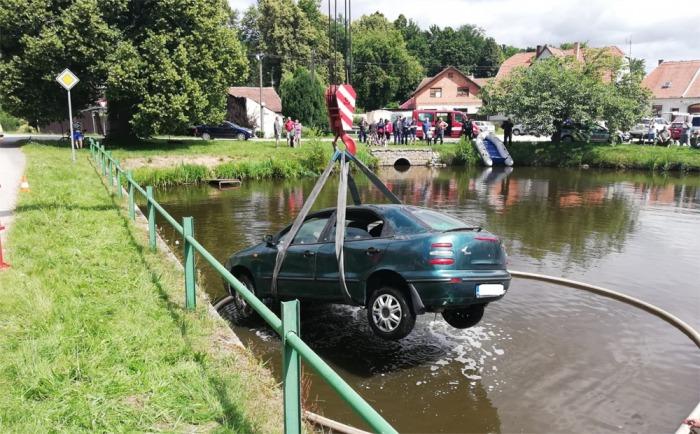V Budíškovicích skončil  řidič se svým vozem v místním rybníce