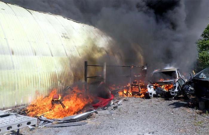 Šest jednotek hasičů likvidovalo požár haly v Krhové na Zlínsku