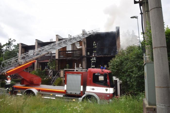 Škodu za čtyři miliony napáchal požár řadového domu v Říčanech