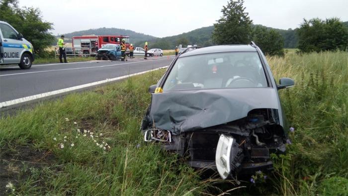 Při střetu dvou vozidel na Ústecku  se zranily čtyři osoby