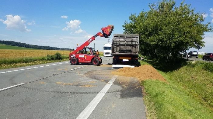 U Vysokého Mýta zablokoval silnici rozsypaný náklad