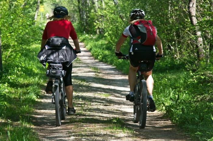 Co potřebujete na cyklo výlet? Celoodpružené kolo, dres, batoh i rukavice