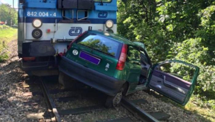 Jednaosmdesátiletá řidička vjela na přejezdu u Ivančic pod projíždějící vlak, na místě zemřela