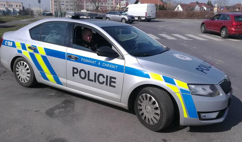 Muž se snažil obelstít policejní hlídku přesednutím na zadní sedačky