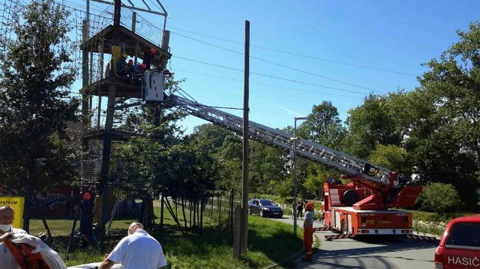 Ve Veselí nad Moravou zachraňovali hasiči zraněnou ženu v lanovém centru