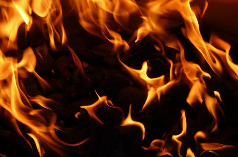 Muž na Českokrumlovsku hodil do ohně protiletadlový granát, při výbuchu se těžce zranil
