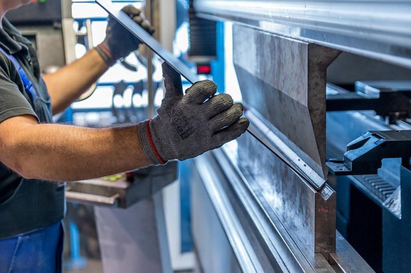 Pokles průmyslové produkce se v červenci ještě zmírnil