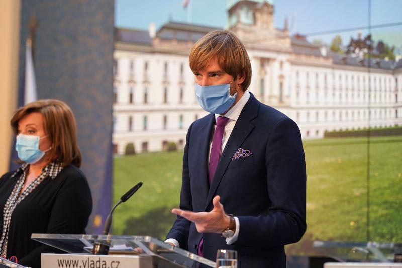 Od čtvrtka bude povinnost nosit roušku ve vnitřních prostorách budov po celé České republice