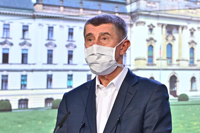 Vláda pošle lidem nad šedesát let respirátor a pět roušek, ke kurzarbeitu se vrátí v pondělí
