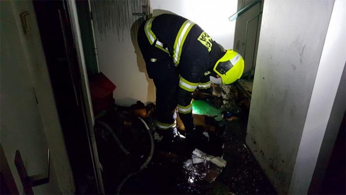 18 osob bylo evakuováno při požáru sklepní kóje v obytném domě na Černém Mostě