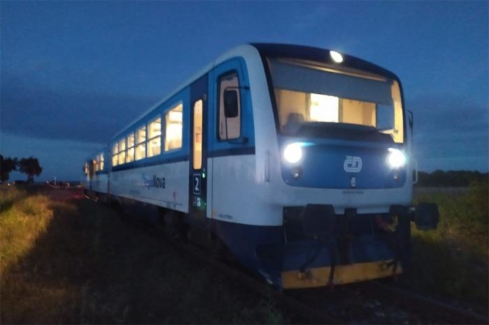Jedna osoba se těžce zranila při střetu vlaku s osobním autem v Poličanech