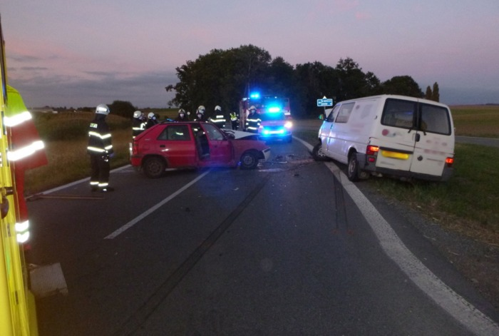 Po střetu dvou aut u Černilova na Královéhradecku byli zraněni tři lidé
