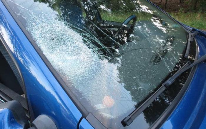 V Týništi nad Orlicí se střetl cyklista s osobním vozem, na místě zasahoval i vrtulník LZS