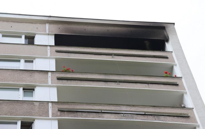 V Hradci Králové hořelo v posledním patře paneláku