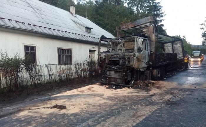 Na Děčínsku shořel kamion s odpadním papírem, řidič naštěstí stihl vyskočit