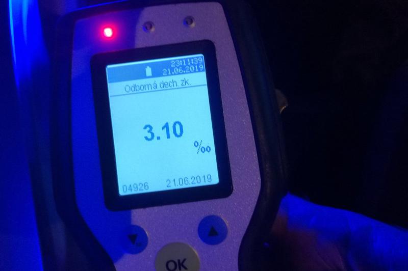 43letý muž sedl za volant se zákazem řízení, navíc dechová zkouška ukázala přes 3 promile alkoholu