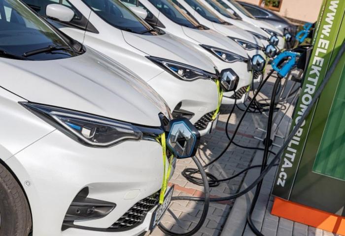 ČEZ a Renault - prémiérový český test rychlodobíjení 6 ZOE na 3 stanicích ve Vestci u Prahy