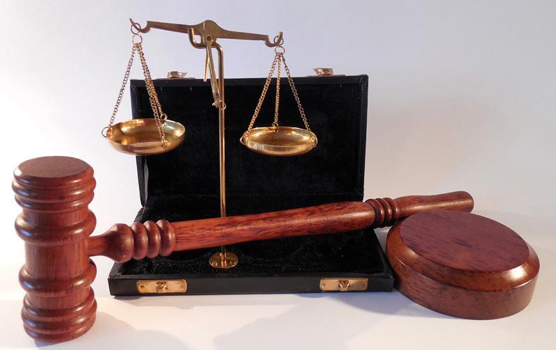 Detektivové obvinili soudce okresního soudu a další dva lidi kvůli podvodu