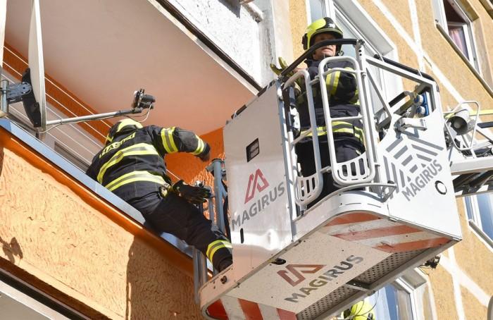 Při požáru sklepa na Sokolovsku museli hasiči z domu vyvést 6 osob s použitím dýchacích přístrojů