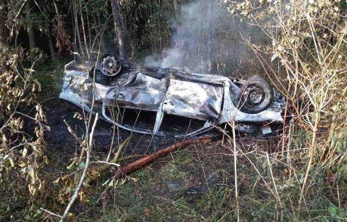 Muž nezaváhal a zachránil uvězněného řidiče z hořícího vozu.