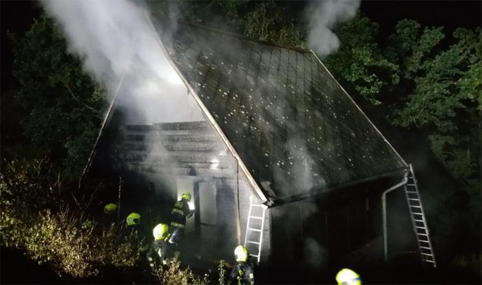V pražské Hostivaři hořela dvoupatrová chata