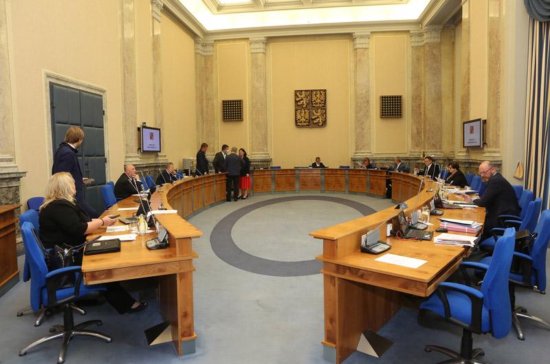 Vláda aktivovala Ústřední krizový štáb, schválila pravidelnou valorizaci důchodů