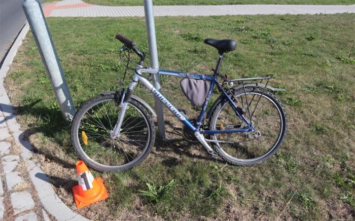 Na Plzeňsku najel opilý cyklista s kolem na obrubník a havaroval