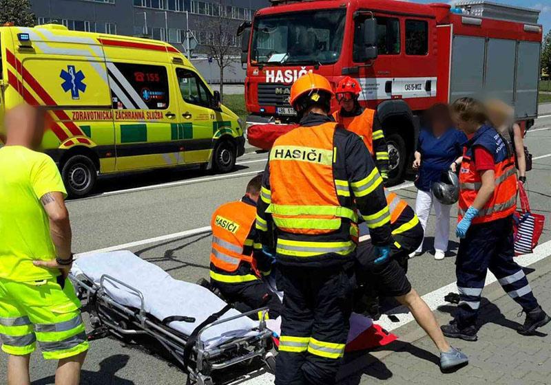Při dopravní nehodě na Třebíčsku jeden člověk zemřel, další tři dospělí a dvě děti se zranili