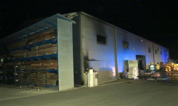 Sedm jednotek hasičů likvidovalo požár výrobní haly na Uherskohradišťsku