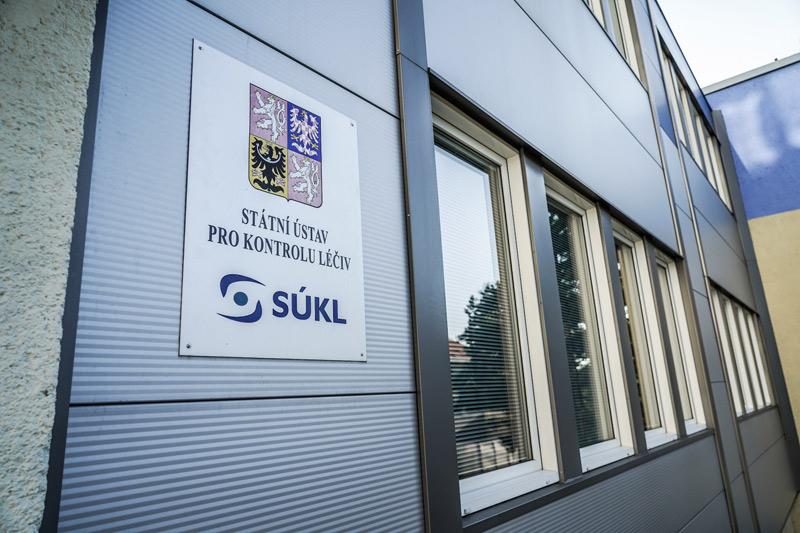 Česká pošta rozesíláním roušek v papírových obálkách porušila zákonné požadavky na distribuci zdravotnických materiálů