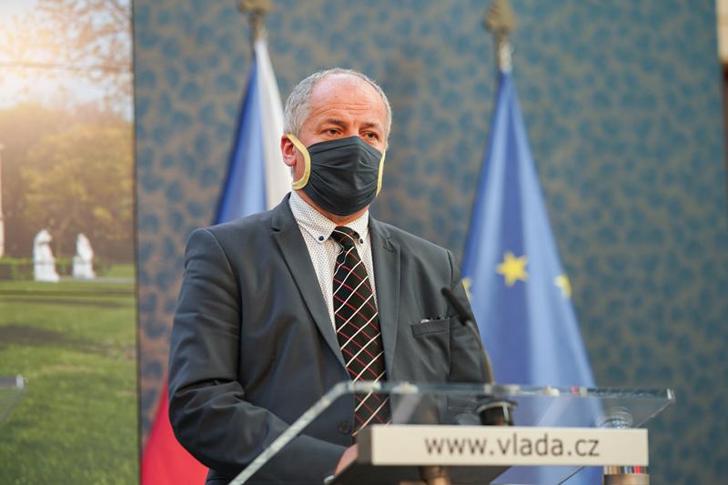 Prezident Miloš Zeman jmenoval v pondělí novým ministrem zdravotnictví epidemiologa Romana Prymulu