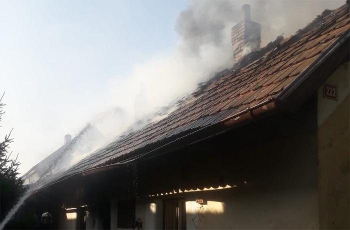 Požár střechy staršího domu na Nymbursku způsobil škodu za jeden a půl milionu korun