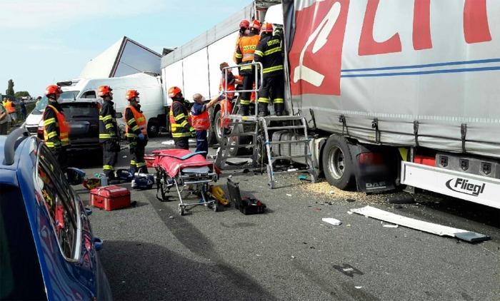 Při vážné nehodě několika vozidel na Brněnsku vyprošťovali hasiči zraněné z vraků několik hodin