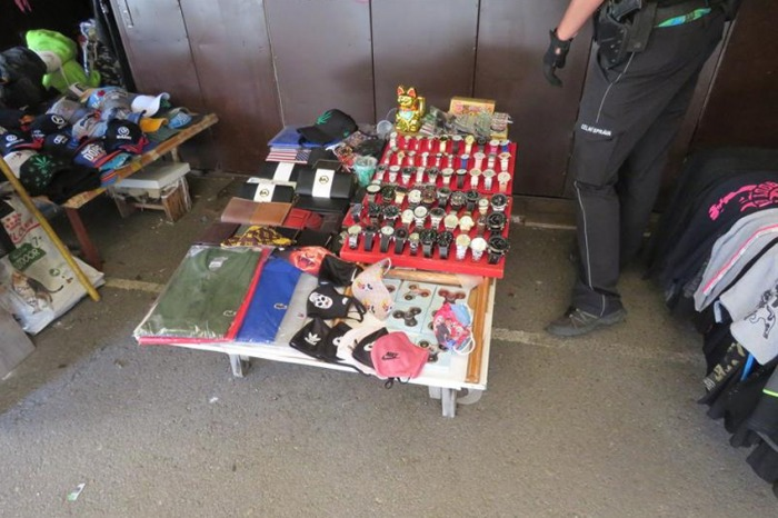 Jihočeští celníci zajistili na tržnici padělky textilních roušek