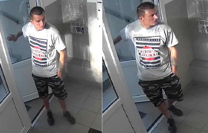 Neznámý zloděj se vloupal do bytu panelového domu v Praze, kde odcizil cenné věci i klíče od vozidla