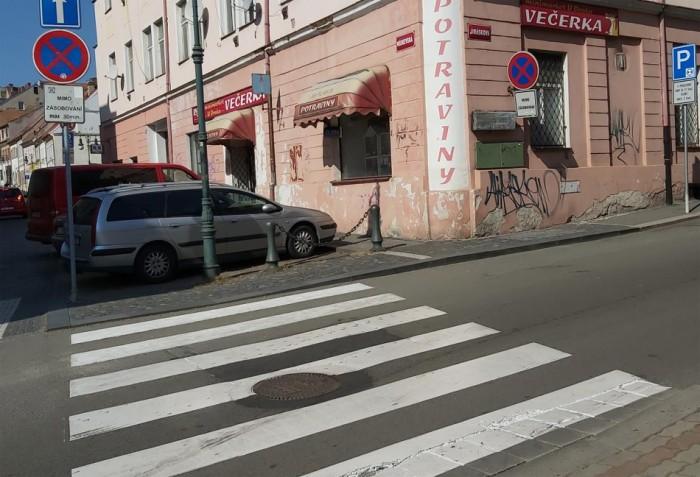 Neznámý řidič přejel na přechodu školačce nohu a z místa nehody ujel