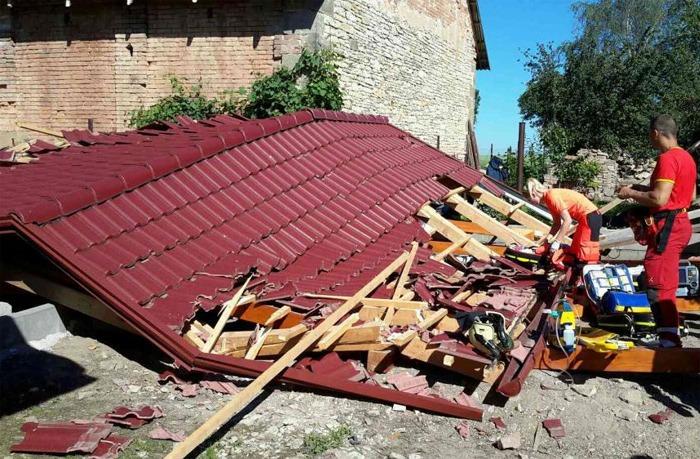 St�echa zavalila mu�e, ten na n�sledky zran�n� zem�el