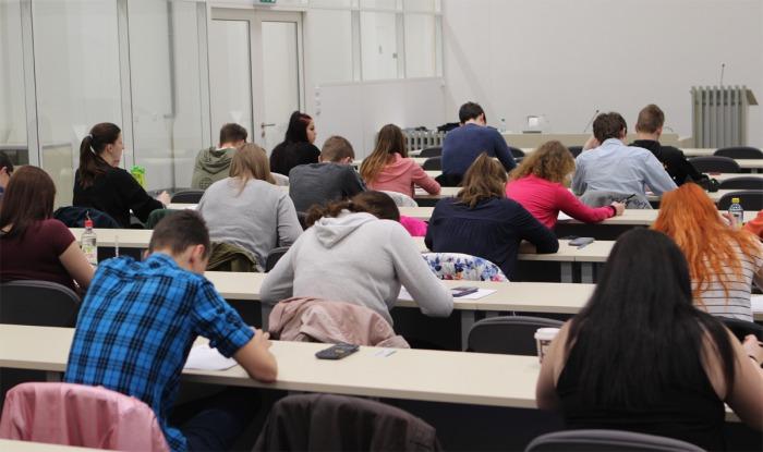 Zájem středoškoláků o ekonomii roste. Nejlépe se orientují v oblastech aktuálního dění, hospodářské politiky a Evropské unie