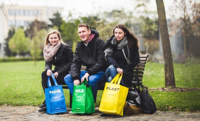 Další tisíce barevných tašek na třídění dostanou lidé ve dvacítce obcí v Moravskoslezském kraji